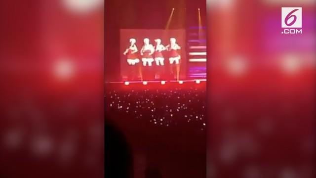 Saat konser di Jepang, Blackpink sukses menghipnotis penonton dengan bertransformasi menjadi Santa yang seksi.