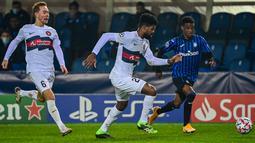 Penyerang Atalanta, Amad Diallo (kanan) menantang bek Midtjylland, Manjrekar James pada matchday kelima Grup D, Liga Champions di Atleti Azzurri d'Italia, Rabu (2/12/2020) dini hari WIB. Atalanta membuka peluang lolos ke babak 16 besar usai menahan imbang Midtjylland 1-1. (MIGUEL MEDINA/AFP)