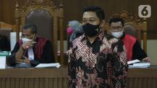Terdakwa dugaan suap penanganan perkara di KPK yang juga mantan penyidik, AKP Stepanus Robin Pattuju saat menjalani sidang lanjutan di Pengadilan Tipikor, Jakarta Pusat, Senin (20/9/2021). Sidang beragendakan keterangan saksi dari JPU KPK. (Liputan6.com/Helmi Fithriansyah)