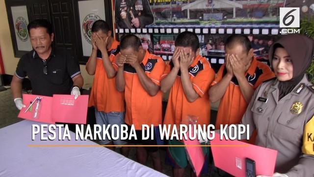 Empak pemuda gelar pesta narkoba berjenis sabu pada sebuah warung kopi di Bekasi.