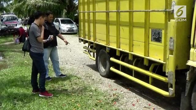 Seorang bocah SD tewas setelah motornya menabrak truk. Motor nahas tersebut sebelumnya dinaiki empat orang.