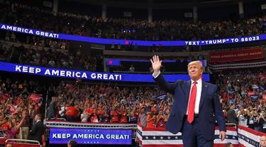 Donald Trump melambaikan tangan dalam kampanye perdana pencalonan dirinya dalam pemilu presiden AS 2020. (AFP Photo)