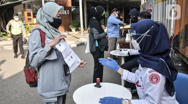 Pemeriksaan STRP Penumpang KRL di Stasiun Bekasi