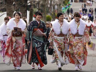 Sejumlah wanita Jepang berjalan bersama mengikuti Coming of Age Day atau Hari Kedewasaan di Taman Toshimaen, Tokyo, Jepang, Senin, (8/1). Acara diikuti wanita Jepang yang akan menginjak usia 20 tahun sambil mengenakan kimono. (AP Photo/Shizuo Kambayashi)