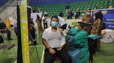Pemberian vaksin Covid-19 kepada seorang warga di Pekanbaru.