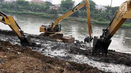 Petugas menggunakan alat berat mengeruk lumpur yang mengendap di Kanal Banjir Barat, Jakarta, Jumat (3/11). Pengerukan dilakukan sebagai langkah antisipasi banjir seiring memasuki musim hujan. (Liputan6.com/Immanuel Antonius)