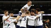Para pemain Tottenham merayakan gol Christian Eriksen saat melawan Manchester United pada lanjutan Premier League di Wembley stadium, (31/1/2018). Spurs menang 2-0. (AP/Kirsty Wigglesworth)