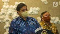 Menko Bidang Perekonomian Airlangga Hartarto menyampaikan keterangan saat menerima GeNose C19 dari Menristek Bambang Brodjonegoro di Gedung Kemenko Perekonomian, Jakarta, Senin (22/3/2021). GeNose C19 diharapkan dapat semakin dikenal dan dimanfaatkan secara lebih masif. (Liputan6.com/Faizal Fanani)