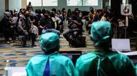 Karyawan Kapanlagi Youniverse (KLY) mengikuti vaksinasi COVID-19 di Hall SCTV Tower, Senayan City, Jakarta, Jumat (4/6/2021). Grup Emtek berharap kegiatan vaksinasi ini dapat mendukung pemerintah dalam menciptakan kekebalan komunal (herd immunity). (Liputan6.com/Johan Tallo)