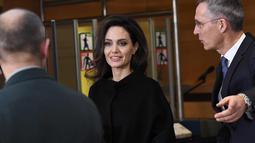 Aktris dan Duta UNHCR, Angelina Jolie saat  tiba di Markas Besar NATO di Brussels, Belgia (31/1). Kunjungan Angelina Jolie ke markas NATO ini membahas cara untuk mencegah kekerasan seksual terhadap perempuan di daerah konflik. (AFP Photo/Emmanuel Dunand)