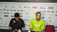Pelatih Satria Muda, Youbel Sondakh, kiri. (Bola.com/Budi Prasetyo Harsono)