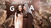 Okie Agustina bersama dengan Hanny Zeng