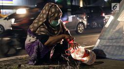 Pencari suaka mencuci tangan jelang masuk ke dalam tenda yang dibangun di atas trotoar depan kantor UNHCR, Jalan Kebon Sirih, Jakarta, Jumat (5/7/2019). Para pencari suaka ini membangun tenda-tenda dan meminta kepastian perlindungan dari UNHCR . (Liputan6.com/Helmi Fithriansyah)
