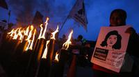 """Puluhan buruh wanita saat menggelar aksi memperingati 22 tahun tanpa keadilan """"Malam Marah Marsinah"""", Jakarta, Jumat (8/5/2015). Mereka menuntut pemerintah untuk mengusut pelanggaran HAM terhadap Marsinah(Liputan6.com/Faizal Fanani)"""