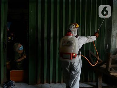 Petugas PMI melakukan penyemprotan disinfektan di pemukiman rumah warga  RW 01 Jakarta Pusat, kamis (9/7/2020). Penyemprotan ini untuk mencegah penyebaran virus corona (COVID-19). (merdeka.com/Imam Buhori)