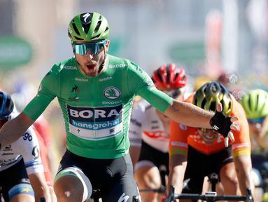 Pebalap sepeda Slovakia Peter Sagan melakukan selebrasi saat melintasi garis finish pada etape kelima Tour de France di Colmar, Prancis, Rabu (10/7/2019). Peter Sagan menjuarai etape kelima Tour de France setelah melewati rute sepanjang 175,5 Km dari Saint-Dié-des-Vosges ke Colmar. (AP Photo/Christo