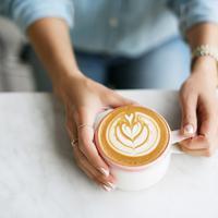 """Gara-gara gaya hidupnya yang """"wah"""", orang yang suka banget kopi ini jadi nggak punya tabungan di usianya yang sudah 30 tahun. (Ilustrasi: popsugar.com)"""