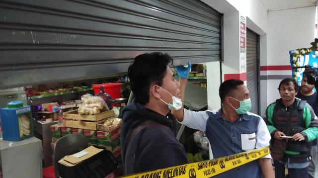 Tim Labfor melakukan olah TKP pembunuhan keluarga di Bekasi. (Liputan6.com/Ady Anugrahadi)