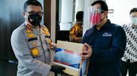 Kapolda Riau menyerahkan bantuan obat untuk penanganan pasien Covid-19 di Pekanbaru kepada Rumah Sakit Aulia. (Liputan6.com/M Syukur)