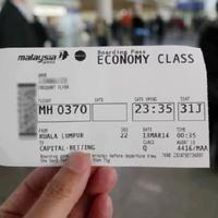 Seorang penumpang menunjukkan boarding pass penerbangan MH370, sebelum Malaysia Airlines menarik nomor tersebut sehubungan dengan penumpang dan awak pesawat MH370 yang hilang. (Source: AP)