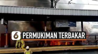 Kebakaran hebat melanda sejumlah rumah di kawasan kembangan utara Jakarta Barat Rabu (30/10/19) siang. Kobaran api merembet cepat hanguskan bangunan rumah.
