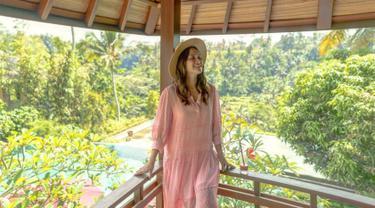 Selama pandemi, Shandy Aulia memilih untuk menetap sementara di Bali bersama suami dan anaknya tercinta. Di momen liburan ini, Shandy pun memanfaatkannya untuk melepas penat dari hiruk-pikuk ibukota. (Liputan6.com/IG/shandyaulia)
