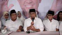 Calon gubernur Anies Baswedan (tengah) memberikan keterangan di DPP Gerindra, Jakarta, Rabu (15/2). Ketua Umum Partai Gerindra Prabowo Subianto menyampaikan terima kasih untuk rakyat Jakarta. (Liputan6.com/Faizal Fanani)