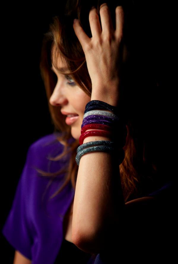 Miranda Kerr menggunakan koleksi terbaru Swarovski