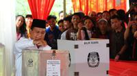 Prabowo Subianto tampak memasukkan kertas suara ke dalam kotak suara. (Liputan6.com / Andrian Martinus)