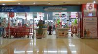Sejumlah pembeli antre untuk membayar di kasir pusat perbelanjaan Kuningan, Jakarta, Selasa (2/3/2021). Pada Februari 2021, Badan Pusat Statistik (BPS) mencatat laju inflasi sebesar 0,1 persen. Inflasi tersebut turun dari Januari 2021 yang mencapai 0,26 persen. (merdeka.com/Imam Buhori)