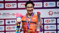 Tunggal putra Jepang, Kento Momota, menjadi juara usai mengalahkan tunggal Indonesia, Anthony Ginting pada BWF World Tour 2019 di Tianhe Gymnasium, Guangzhou, Minggu (15/12). Ginting kalah 21-17, 17-21 dan 14-21 dari Momota. (AFP/STR)
