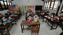 Siswa menyantap makanan tambahan saat program PMTAS di SD Negeri 01 Tanjung Priok, Jakarta, Kamis (28/3). Setiap anak mendapatkan makanan tambahan senilai Rp 10.800 setiap hari (pagi atau siang) dengan varian menu seperti buah-buahan, roti dan susu UHT. (merdeka.com/Iqbal S. Nugroho)