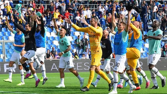 Para pemain Inter Milan merayakan kemenangan atas Sassuolo pada laga Serie A Italia di Stadion Mapei, Reggio-Emilia, Minggu (20/10). Sassuolo kalah 3-4 atas Inter. (AFP/Miguel Medina)