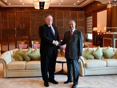 Perdana Menteri Malaysia, Mahathir Mohamad berjabat tangan dengan Menteri Luar Negeri AS Mike Pompeo selama pertemuan mereka di Putrajaya, Kuala Lumpur, Jumat (3/8). Kunjungan Pompeo  untuk mengakhiri lawatan dua hari di Malaysia. (AFP/MANAN VATSYAYANA)