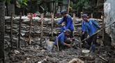 Petugas Suku Dinas SDA Jakarta Selatan membangun turap permanen di lokasi tanggul jebol di Kelurahan Jatipadang, Jakarta, Rabu (16/1). Kasudin SDA Jakarta Selatan Holi Susanto menargetkan pembangunan selesai dalam tiga minggu.(Www.sulawesita.com)