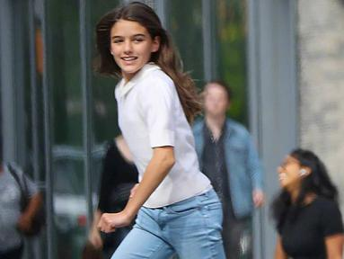 Suri Cruise lahir pada 18 April 2006 di California ini sering mengenakan outfit yang lebih simple namun tetap menawan. (Liputan6.com/IG/@suricruise.official)