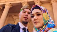 Penyanyi Mulan Jameela dan Ahmad Dhani foto bersama di depan situs bersejarah Petra yang berada di Amman, Yordania. Mulan Jameela dan Ahmad Dhani sedang menjalani wisata religi. (Instagram/@mulanjameela1)