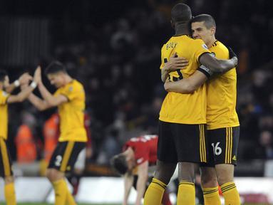 Para pemain Wolverhampton Wanderers merayakan kemenangan atas Manchester United pada laga Premier League 2019 di Stadion Molineux, Selasa (2/4). Wolverhampton menang 2-1 atas Manchester United. (AP/Rui Vieira)