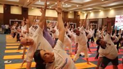Para diplomat dari berbagai negara melakukan yoga bersama untuk memperingati Hari Yoga Internasional di New Delhi, India, Jumat (21/6/2019). Hari Yoga Internasional yang diperingati setiap tanggal 21 Juni mulai dilakukan pada tahun 2014. (AP Photo/Altaf Qadri)