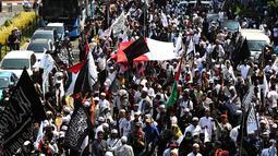 Massa Aksi Bela Tauhid di depan Gedung Kemenko Polhukam, Jakarta, Jumat (26/10). Aksi dilaksanakan usai pelaksanaan salat Jumat. (Merdeka.com/Imam Buhori)