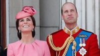 Pangeran William bersama Kate Middleton serta Pangeran George dan Putri Charlotte menyaksikan Trooping the Color Parade dalam rangka perayaan resmi ulang tahun Ratu Elizabeth di balkon Istana Buckhingham, London, Sabtu (17/6). (AP /Kirsty Wigglesworth)