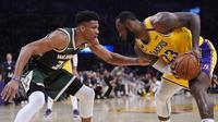 Giannis Antetokounmpo (kiri) akan bertandem dengan LeBron James (kanan) di NBA All-Star 2021. (AP/Mark J. Terrill).