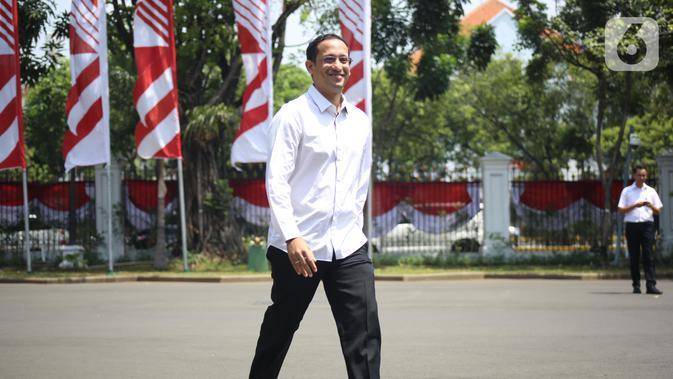 CEO Gojek Nadiem Makarim tiba di kompleks Istana, Jakarta, Senin (21/10/2109). Kedatangan Nadiem berlangsung jelang pengumuman menteri Kabinet Kerja Jilid II oleh Presiden Joko Widodo atau Jokowi. (Liputan6.com/Angga Yuniar)