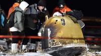 Para staf bekerja di lokasi pendaratan kapsul pembawa pulang wahana antariksa Chang'e-5 di Siziwang, China, 17 Desember 2020. Kapsul pembawa pulang wahana antariksa China tersebut mendarat di Bumi pada Kamis (17/12) dini hari. (Xinhua/Ren Junchuan)