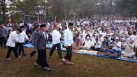 Presiden Jokowi Didampingi Wali Kota Bogor Bima Arya Sesaat Sebelum Menjalankan Salat Idul Adha di Lapangan Astrid, Kebun Raya Bogor, Minggu (11/8/2019). (Foto: Achmad Sudarno/Liputan6.com)