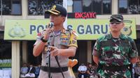 Kapolres Garut AKBP Budi Satria Wiguna, tengah memberikan penjelasan dalam salah satu kegiatan apel memimpin pasukan di mapolres Garut (Liputan6.com/Jayadi Supriadin)