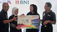 Direktur Hubungan Kelembagaan BNI Adi Sulistyowati (Kedua Kanan) menyerahkan secara simbolis mock up TapCash BNI ITB Ultra Marathon kepada Direktur Alumni dan Humas ITB Samitha Dewi Djajanti (Kedua Kiri) di Jakarta, Senin (17 September 2018).