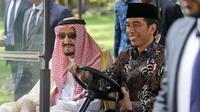 Presiden Indonesia Joko Widodo menjadi supir Raja Salman saat berkeliling di Istana Presiden, Jakarta, Kamis (2/3). Raja Salman membawa sebanyak 1.500 orang termasuk di dalamnya putera mahkota, pangeran dan para menteri. (AFP PHOTO /POOL/ Dita Alangkara)