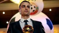 Bulgarian football player Dimitar Berbatov, who plays striker for Tottenham Hotspur, holds his award to the press after being named Bulgaria's Best Footballer of the Year in Sofia on March 24, 2008. AFP PHOTO / BORYANA KATSAROVA