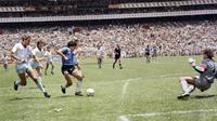 Pemain Argentina, Diego Maradona, mengecoh kiper Inggris Peter Shilton sebelum mencetak gol kedua pada perempat final Piala Dunia 1986. (AFP)